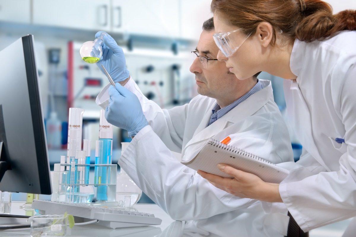Farmacisti nell'industria farmaceutica: ruoli e retribuzioni.